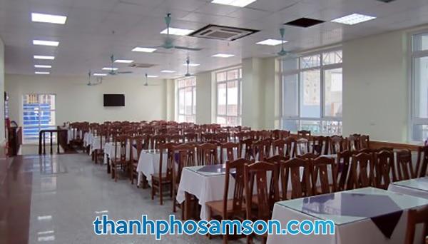 Phòng ăn phục vụ hải sản rộng rãi