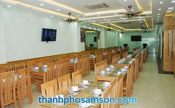 Phòng ăn rộng rãi phục vụ hải sản ngon nhất