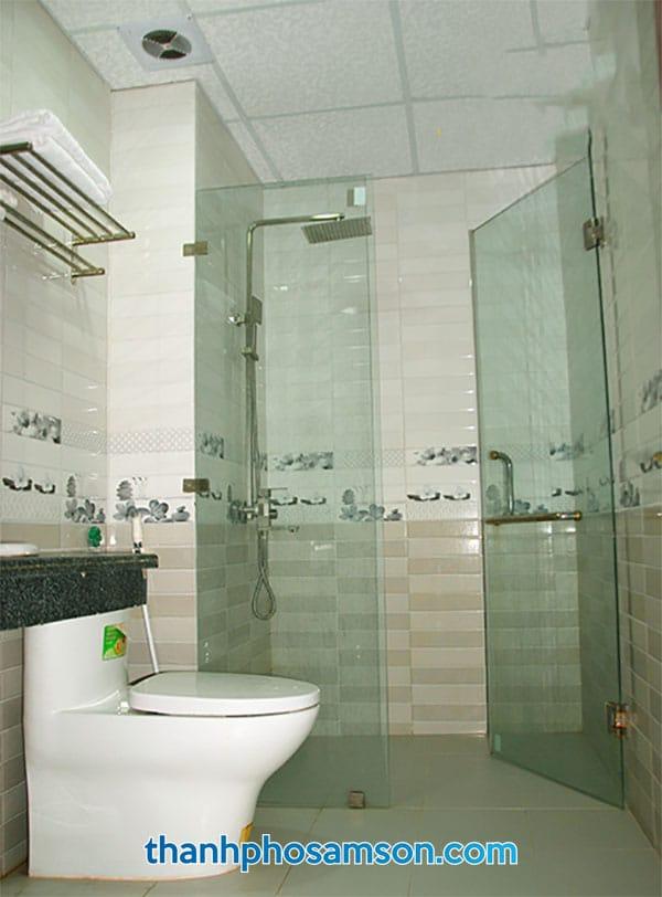 Phòng tắm bên trong phòng nghỉ khách sạn Đức Thắng
