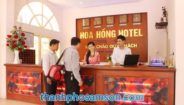 Quầy lễ tân khách sạn Hoa Hồng