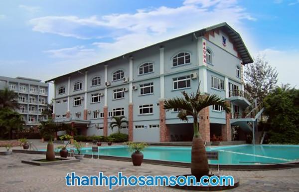 Khách sạn có sẵn bể bơi ngoài trời