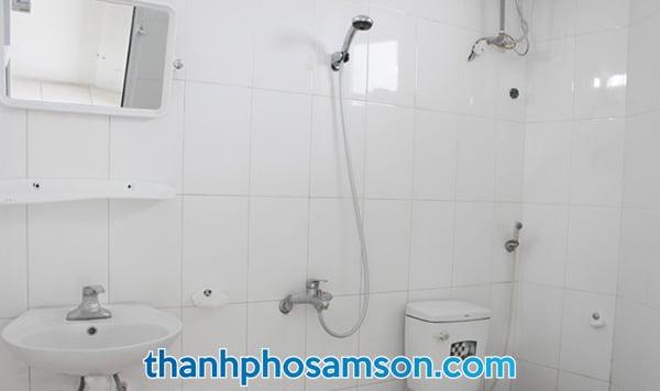 Phòng tắm với các trang thiết bịPhòng tắm với các trang thiết bị