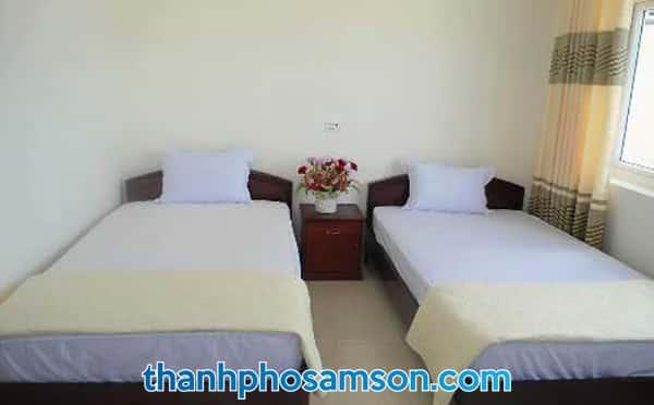 Giường đôi bên trong phòng cỡ lớn